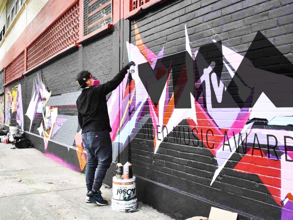 Live mural
